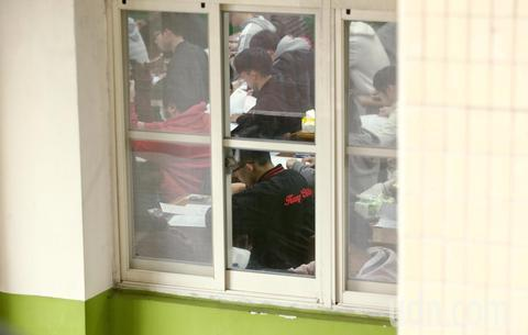 台湾高考英语考场闹乌龙 考生因同名同姓坐错座位