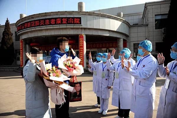 两名治愈患者向医护人员致谢、告别。新华网 发 (刘勇 摄)