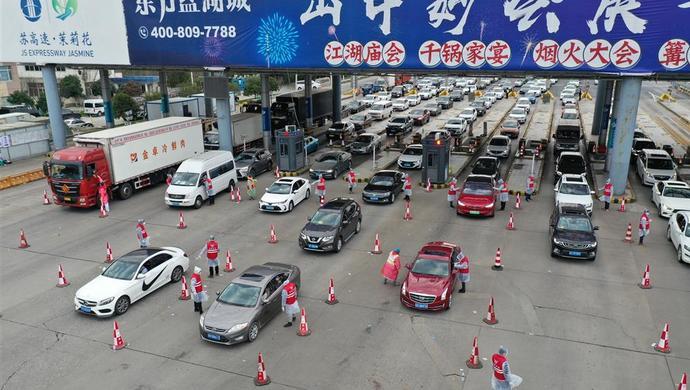 入沪车上出现宠物狗,要测体温吗?上海青年志愿者在道口解答想不到的难题