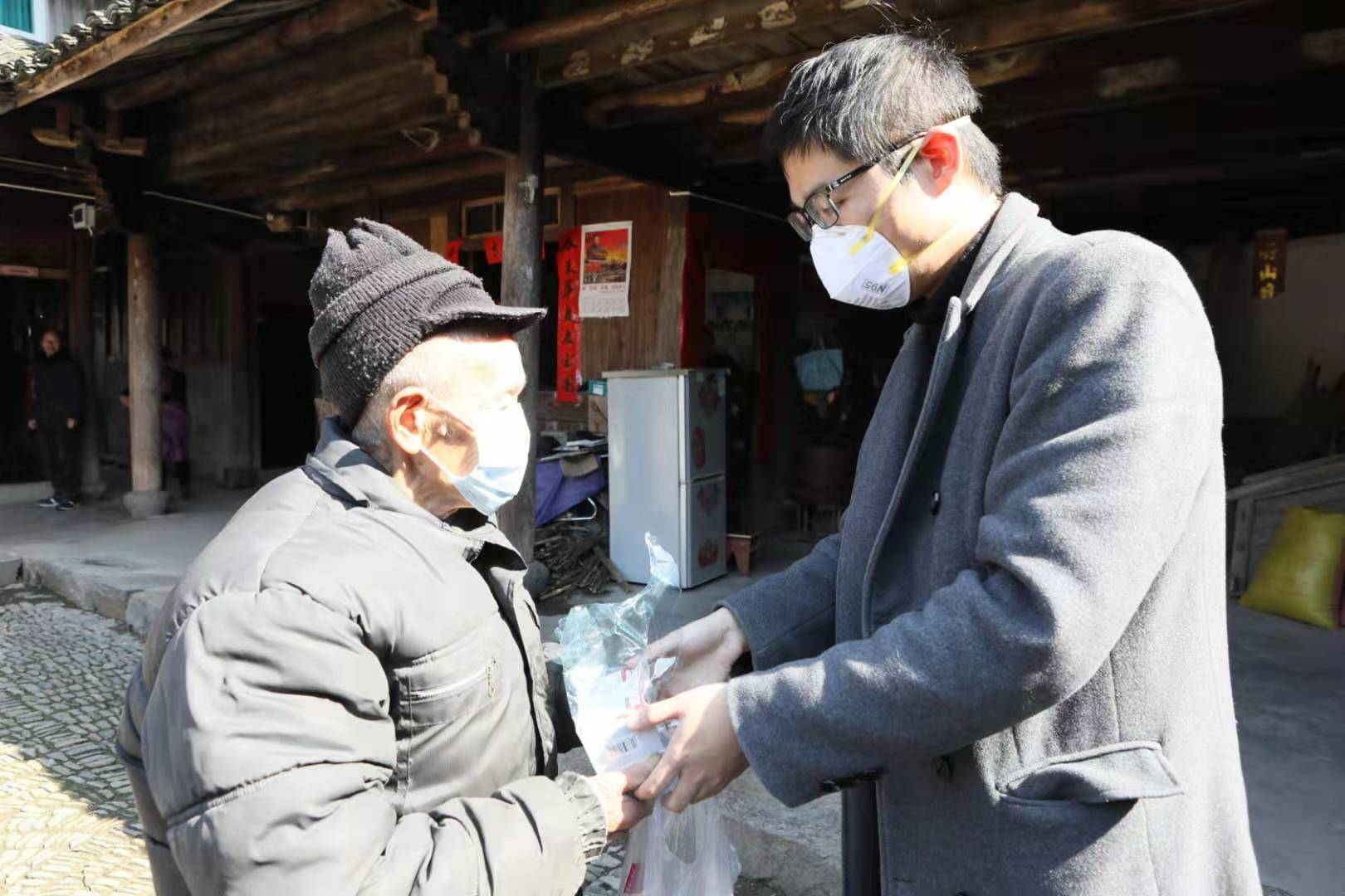为解决村里老人用药问题 浙江大堰镇启动流动医疗进村图片