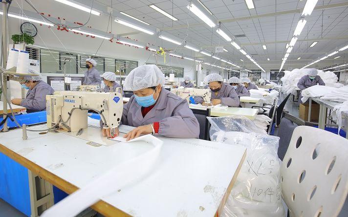 工人初四全部上岗到位 平谷企业加班加点赶制口罩防护服图片