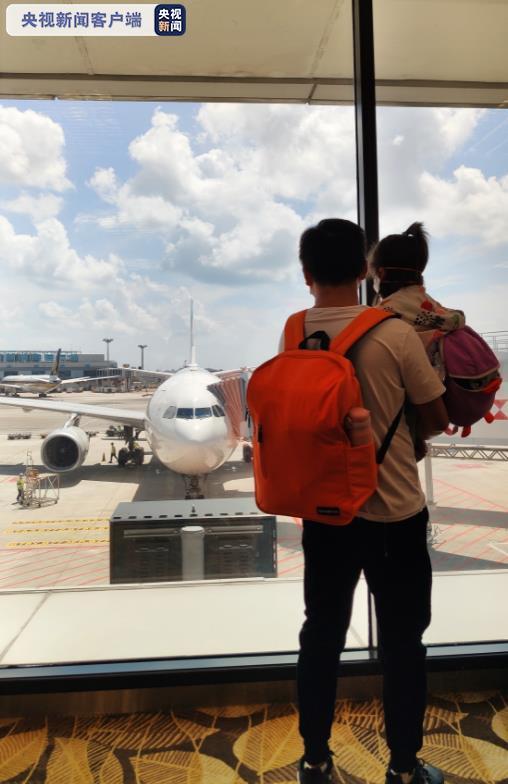 回家!147名中国滞留新加坡旅客乘包机回国图片
