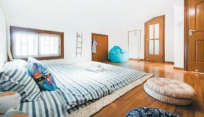 毛毛在上海租住的阁楼房间。