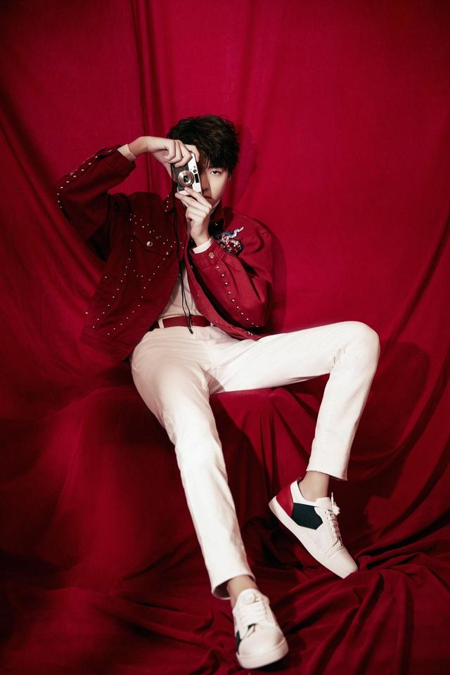 王俊凯身着红色刺绣夹克,时尚搭配更惹眼