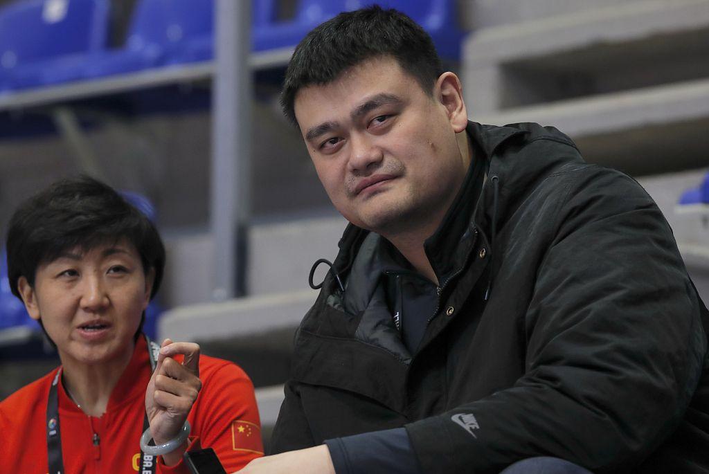 奥运资格赛姚明现场督战,中国女篮10分击败英国队图片