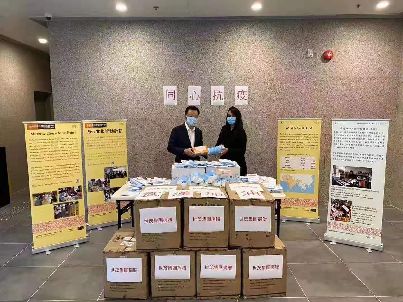 快讯:世茂集团主席许荣茂亲手将10万个口罩交给香港社区