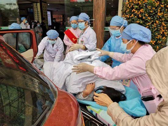产妇医院门口突发分娩!海口市妇幼保健院团队通力协作保母婴平安