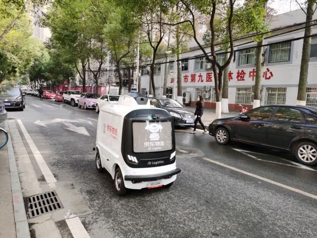 京东物流机器人在执行配送作业.