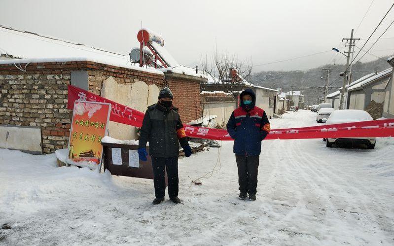 北京延庆四海镇60余名党员村民雪夜值守图片
