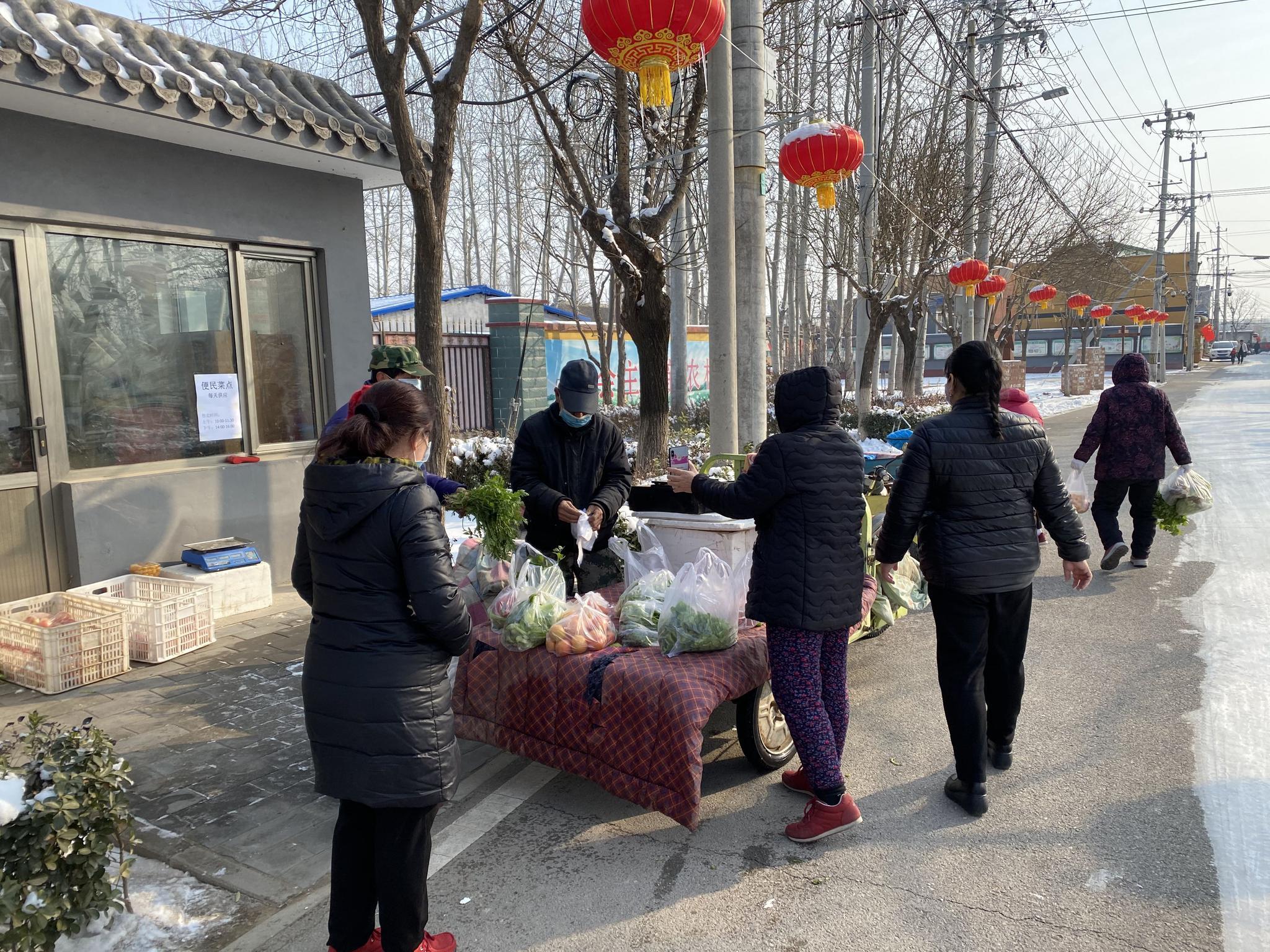 """""""平价蔬菜车""""开进高丽营一村 村民买菜安全稳定有保障图片"""