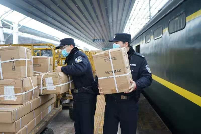 北京西站铁警成立巡逻小分队,24