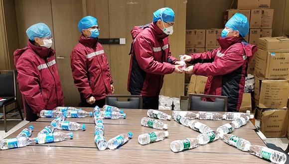 陕西援鄂医生武汉战疫前线的生日会:手消液做礼物