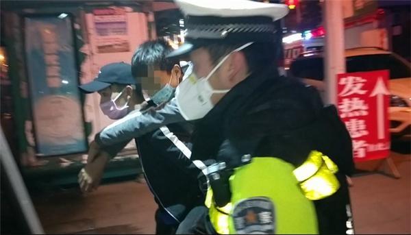 男子突发心脏病,县城禁止通行,交警上演生死时速