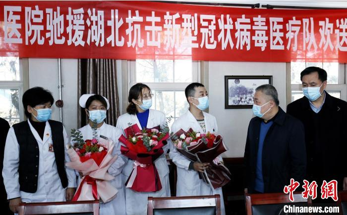 山西省汾阳医院为王淑娟(左二)等支援湖北的医护人员送行。 汾阳医院供图