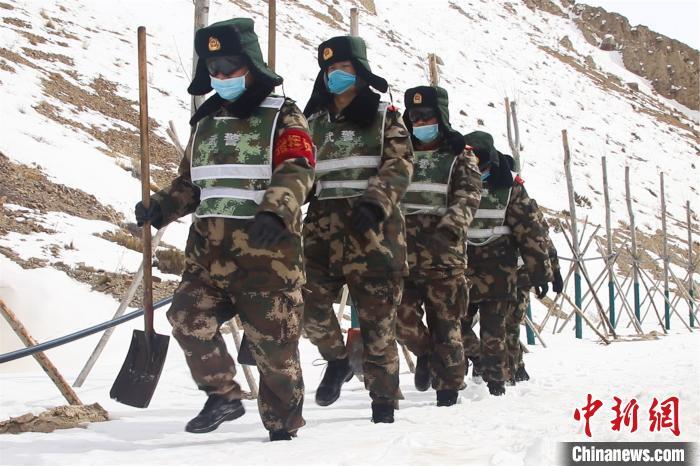 西藏阿里:驻藏武警官兵破冰除雪保障道路畅通图片