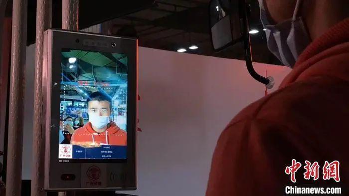 资料图:广州公交试运行人像辨认测温仪。李家勋 摄