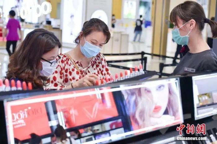 2月27日,大众佩带口罩在海口日月广场免税店选购免税商品。 骆云飞 摄