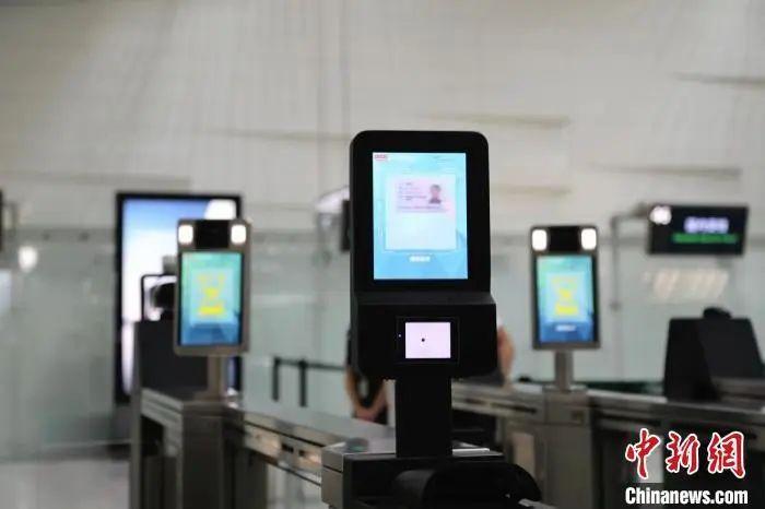 """资料图:""""刷脸登机""""装备。白云机场供图"""