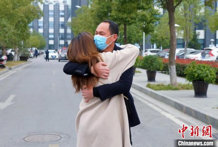 浙江台州29名医护解除医学观察拥抱家人共团聚