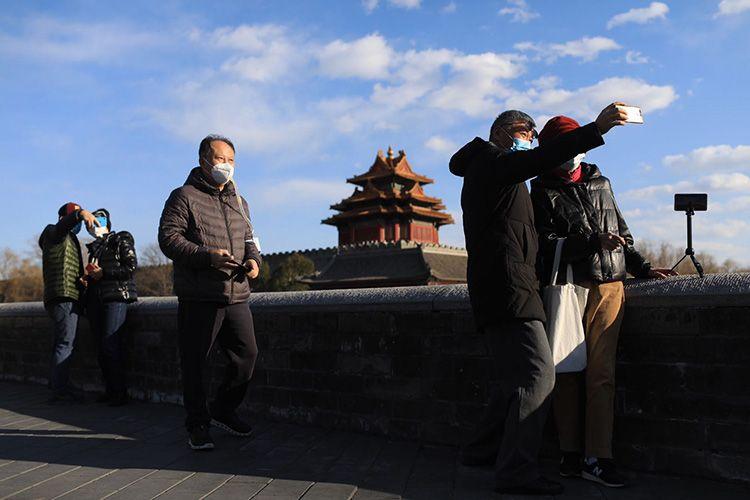 大风吹来蓝天白云 市民戴口罩沐浴阳光 | 组图图片