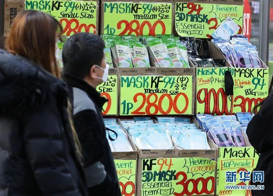 ▲2月29日,在韩国首尔,行人经过明洞一家销售口罩的店铺。新华社/纽西斯通讯社