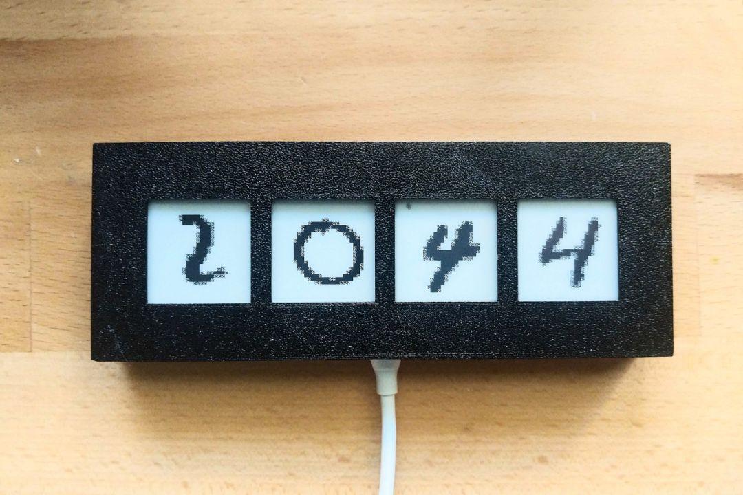 这样的电子钟只需要简单的电路板再加上   块电子墨水屏就行了,它背后图片