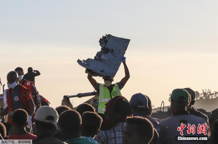 当地时间2019年3月10日,埃塞尔比亚亚的斯亚贝巴,搜救队继续在埃塞俄比亚航空坠机现场进行残骸清理和遗体搜寻工作。