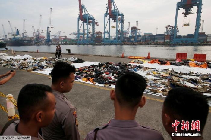 当地时间2018年11月1日,印尼雅加达,印尼狮航JT610客机坠海搜救已进入第四天,遇难者遗物摆满一地。