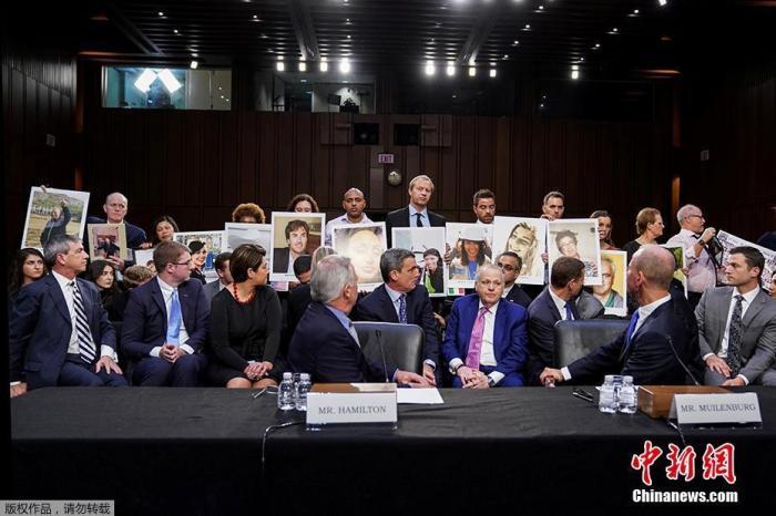 图四:2019年10月29日是印尼狮航坠机事件一周年,美国国会参议院在这个特别的日子举行听证会,波音CEO丹尼斯·米伦伯格出席作证。听证会开始前,米伦伯格承认波音在737MAX上犯下错误。当天,遇难者家属手举亲人的照片站在米伦伯格的身后。