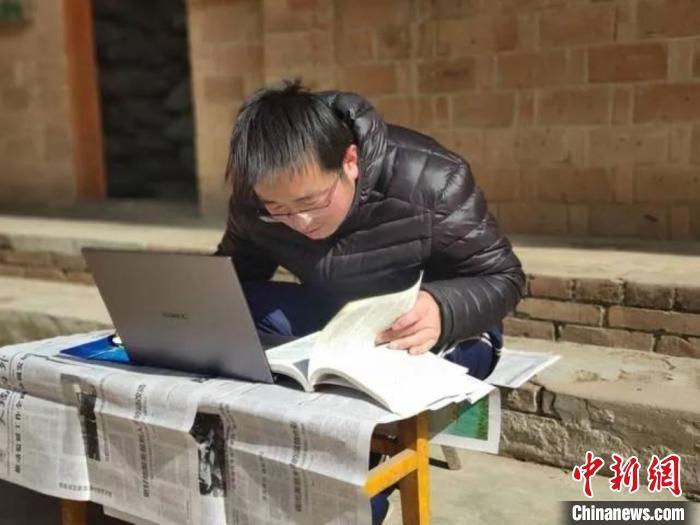 新疆石河子大学老师白春祥:你在露天上课的样子真的很赞!