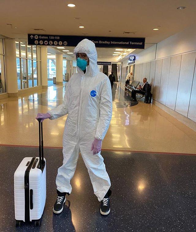 """娜奥米·坎贝尔""""全副武装""""现身美国洛杉矶国际机场"""