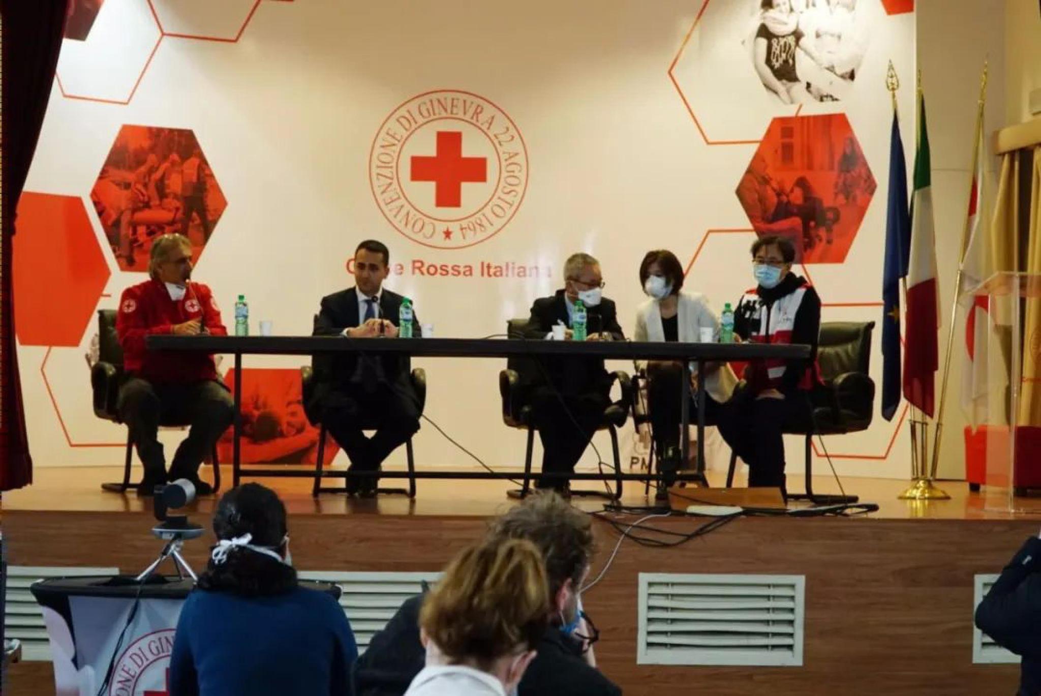 △图为援意中国抗疫医疗专家组举行当地媒体见面会 图片来源:意大利红十字会