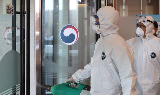 防疫人员对海洋水产部进行消毒。