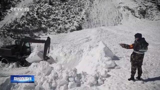 西藏国道318西藏然乌段发生雪崩图片
