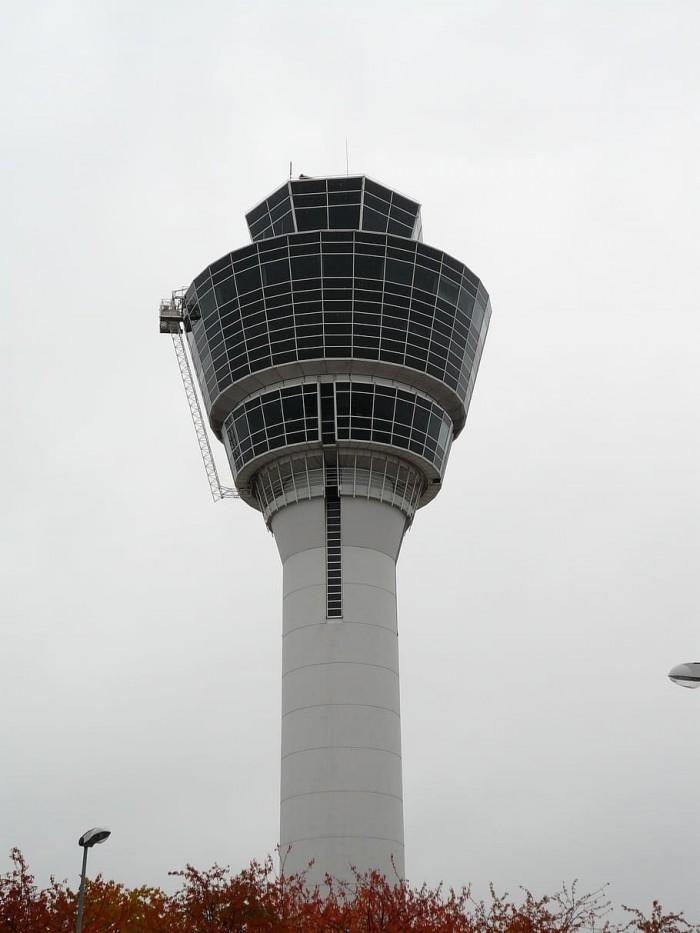 FAA在工作人员确认感染新冠病毒后宣布暂时关闭芝加哥中途机场塔台