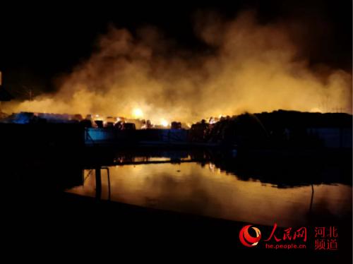 沧州市消防救援支队在任丘辛中驿镇一纸业公司扑救火灾。 河北省消防救援总队供图