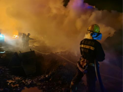 廊坊市消防救援支队指战员在文安县滩里镇扑救火灾。 廊坊市消防救援支队供图