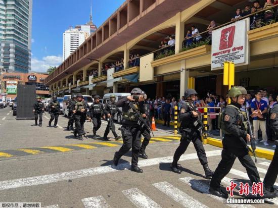 当地时间3月2日,菲律宾马尼拉一队特警队员在圣胡安市Greenhills地区的一家购物中心。图为一队特警抵达购物中心
