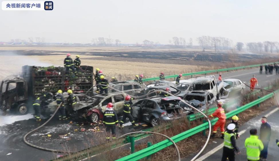 """吉林高速23车因""""烧荒""""相撞 致1死20伤图片"""