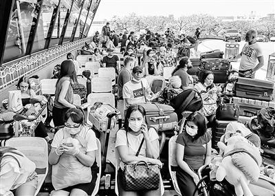 3月19日,在菲律宾大马尼拉地区的帕赛市,旅客在尼诺伊·阿基诺机场等待航班。新华社发