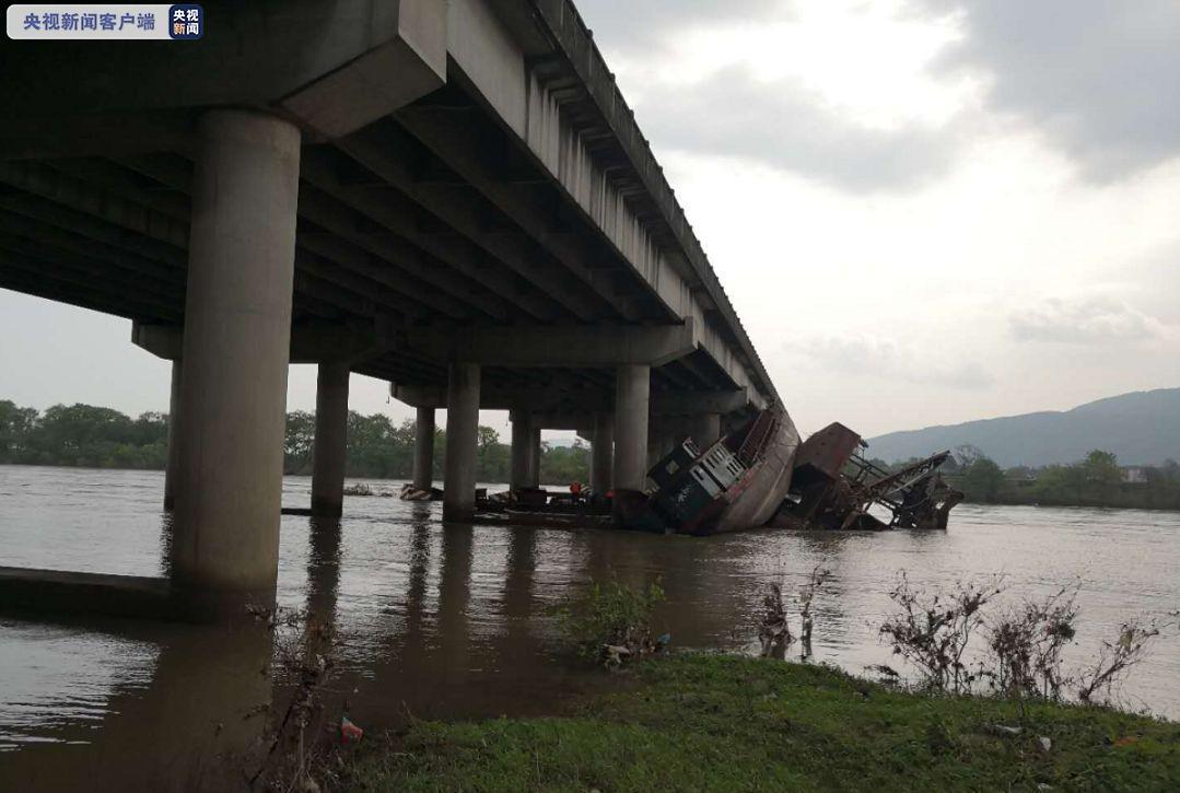 广西挖沙船撞到高架桥梁 导致该段高速公路全幅封闭图片