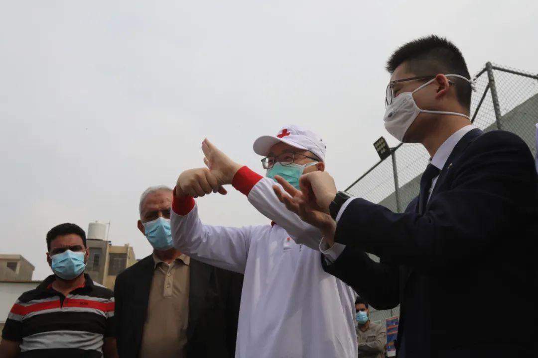 3月16日,在伊拉克巴格达,中国医疗专家展示科学的洗手方式。新华社发