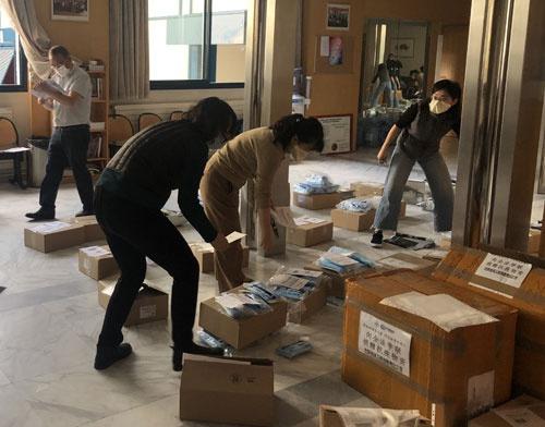 """外交部:中国驻外使领馆向海外留学生发放""""健康包""""图片"""