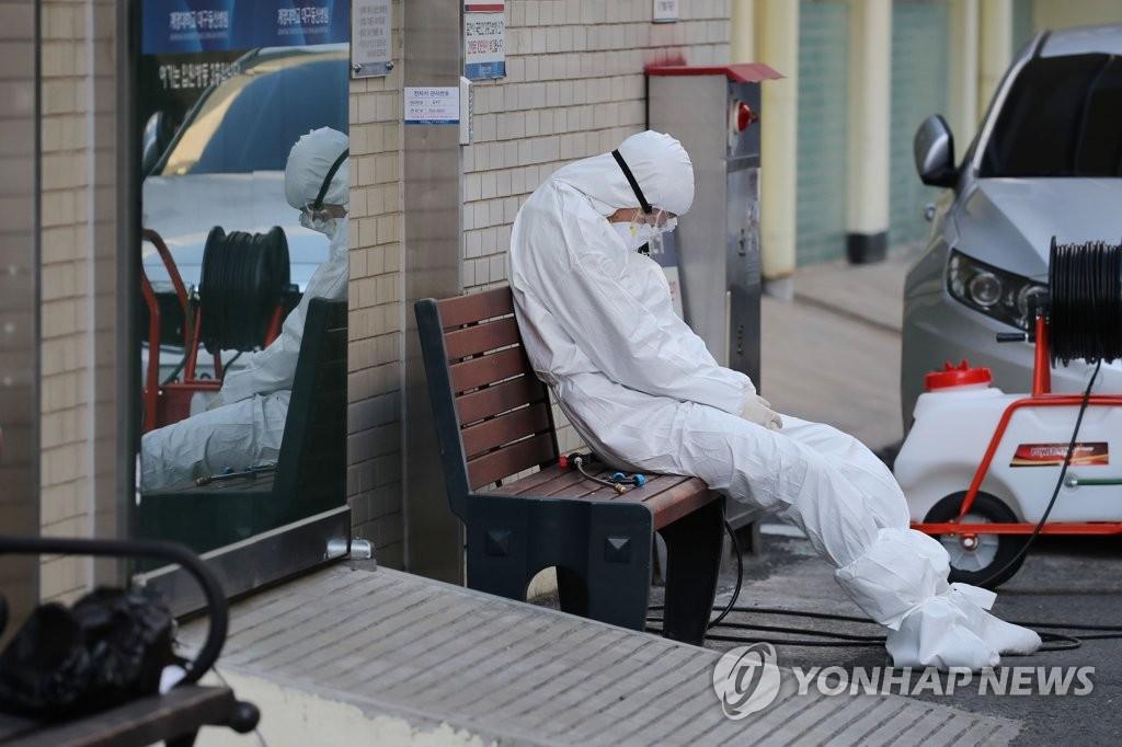 大邱一位医护人员在室外短暂休息。(韩联社)