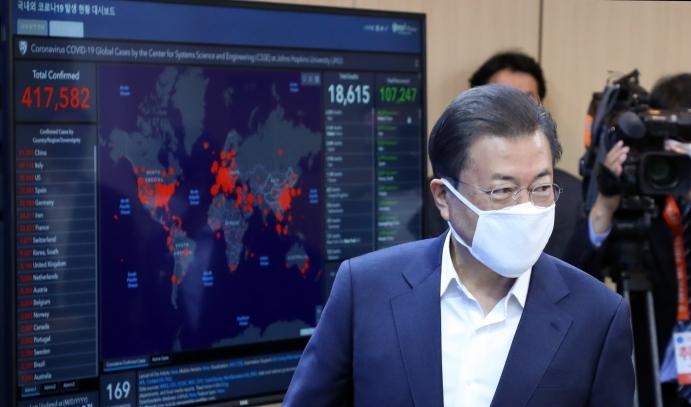 与特朗普通话后,文在寅25日视察韩国试剂盒公司。(韩联社)