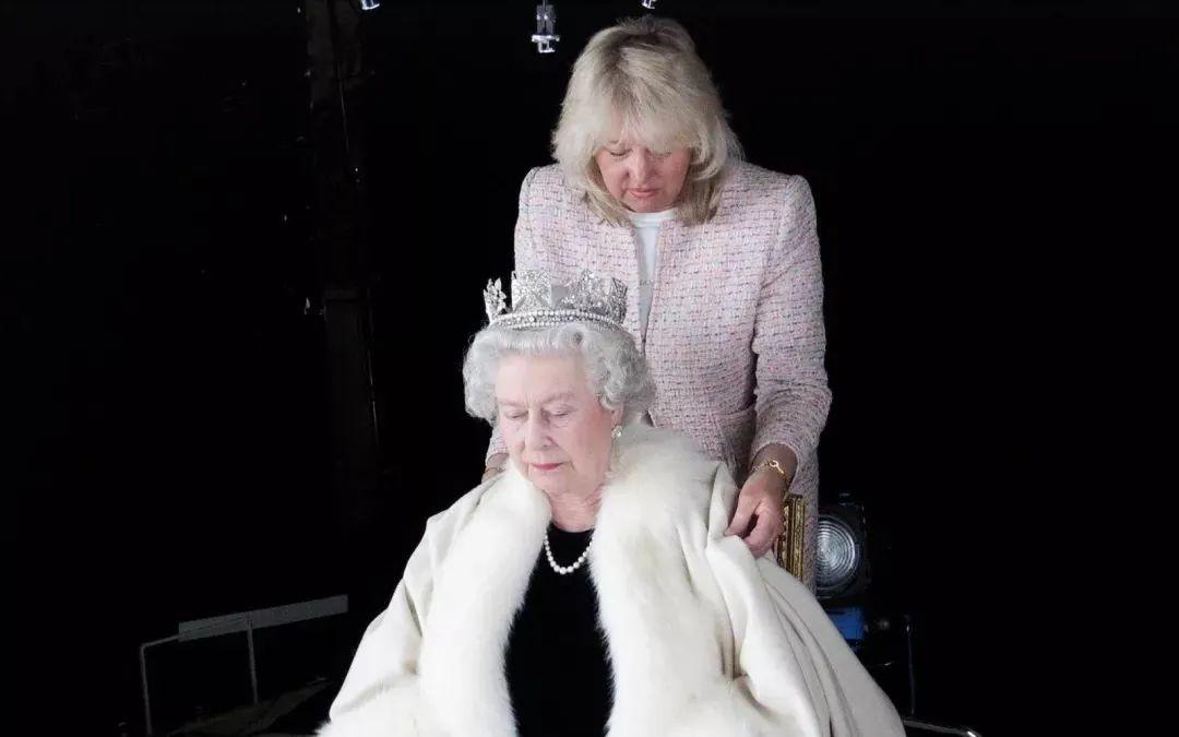 ·一直陪在女王身邊的私人助理兼御用裁縫安吉拉·凱麗。