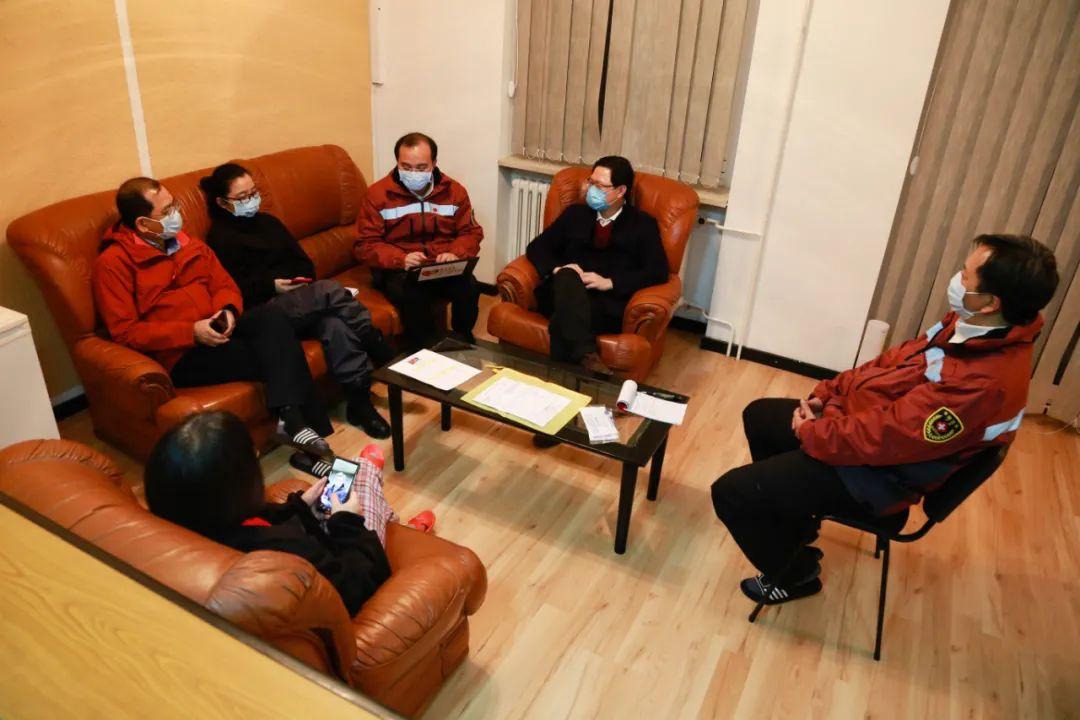 3月24日,在塞尔维亚首都贝尔格莱德,中国援塞医疗专家组在开讨论会。新华社记者石中玉摄