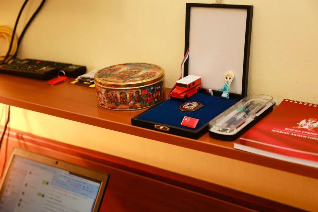 3月24日,在塞尔维亚首都贝尔格莱德,一名中国援塞医疗专家的书桌上,摆着女儿的卡通发卡和儿子最喜欢的玩具汽车。新华社记者石中玉摄