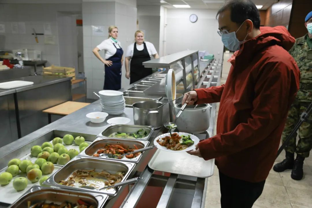 3月24日,在塞尔维亚首都贝尔格莱德,中国援塞医疗专家在食堂用餐。新华社记者石中玉摄