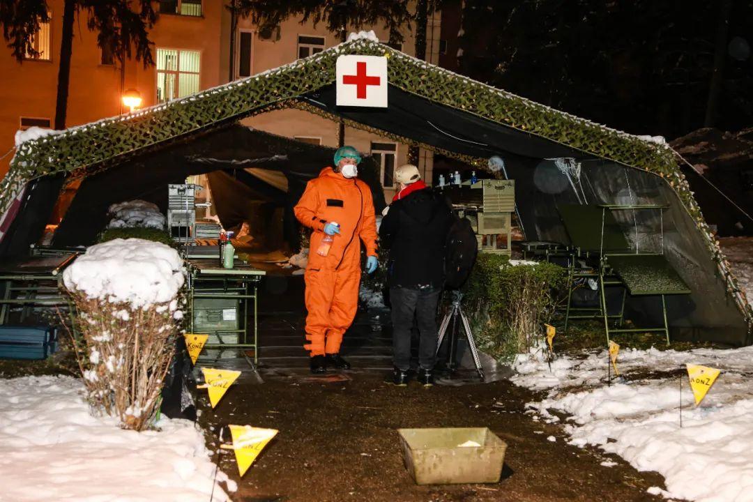 3月24日,在塞尔维亚首都贝尔格莱德,相关人员在进入中国援塞医疗专家组驻地前接受消毒。新华社记者石中玉摄